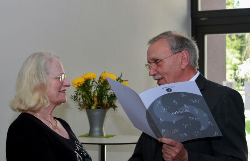 Ehrung Gisela Pfeiffer durch Alois Herrmann
