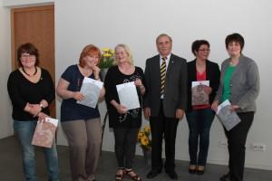 vlnr: Ruth Karr, Edith Schäfer, Gisela Pfeifer, Alois Herrmann, Sabine Mölter und Carmen Gretschuskin