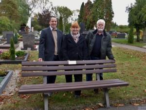 Bei der Übergabe der Friedhofsbank (v.r.n.l. Orstvorsteher Friedrich Rentschler, GGS Vorsitzende Edith Schäfer und stellvertrender Orstvorsteher Thomas Kern)